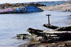 废弃物和残骸在海滩 图库摄影