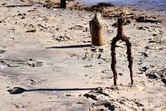 废弃物和残骸在海滩 库存照片