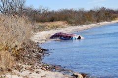 废弃物和残骸在海滩 免版税库存照片