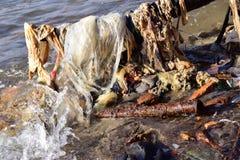 废弃物和残骸在海滩 免版税图库摄影