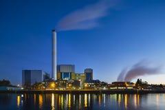 废弃物焚化工厂在晚上 免版税库存照片