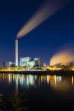 废弃物焚化工厂在晚上 库存图片