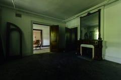 废弃的壁炉&镜子-被放弃的豪宅 免版税库存照片