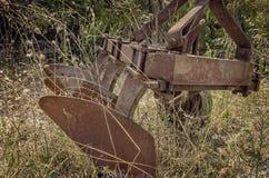 废弃的生锈的耕犁 免版税库存图片
