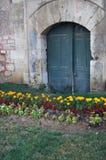 废弃的老城市绿色庭院被成拱形的门道入口 免版税库存图片