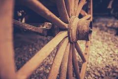 废弃的老推车轮子特写镜头 库存图片