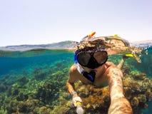 废气管在浅水区,红海,埃及游泳 免版税库存图片
