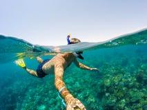 废气管在浅水区,红海,埃及游泳 图库摄影