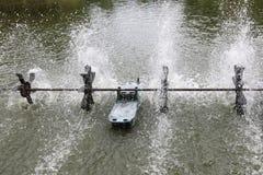 废水处理有氧化的水涡轮在水中 免版税库存图片