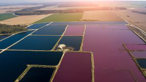 废水处理的城市驻地 有肮脏和净水的很多池塘 r 库存图片
