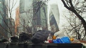 废物箱在莫斯科` s摩天大楼背景中  阴云密布 股票录像