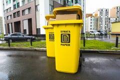 废纸的塑胶容器在城市围场 库存照片
