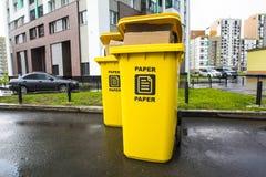 废纸的塑胶容器在城市围场 免版税图库摄影