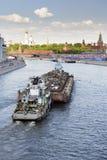 废金属的运输在一艘驳船的在莫斯科河 库存图片