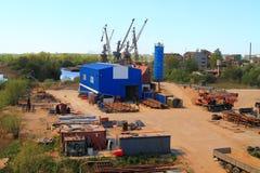 废金属经销商在河岸的Pregolya一个工业区在加里宁格勒 免版税库存图片