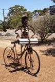 废铁雕刻庆祝镇过去,自行车的人 免版税库存照片