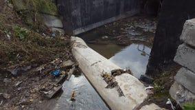 废水、污染和垃圾在都市运河 影视素材