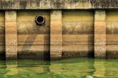 废水管或排水设备污染环境,具体管子。 免版税库存照片