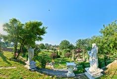 180度一个土气庭院的全景视图有雕象复制品的在特兰西瓦尼亚,罗马尼亚,拷贝空间可利用结束 免版税库存图片