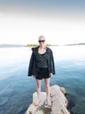 度假在克罗地亚的白肤金发的妇女 库存照片