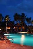 度假旅馆在晚上 免版税库存图片