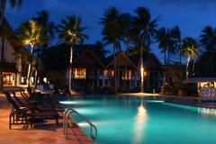 度假旅馆在晚上 免版税库存照片