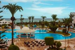 度假旅馆水池和海滩 免版税库存照片