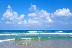 度假者在地中海的波浪沐浴并且游泳 免版税库存图片