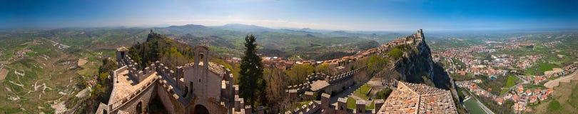 360度全景(西洋镜)视图城市和塔在圣马力诺 免版税图库摄影