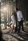 度过一个浪漫下午的年轻英俊的印地安夫妇在森林里 库存图片