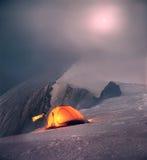 度过夜在山的土坎上 库存图片