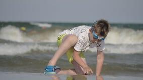 度过热的夏日的男孩在海边 股票录像