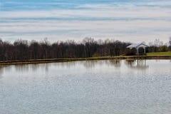 度过由湖无价的一安静的天 免版税库存图片