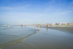 度过晴天的人们在Hoek搬运车荷兰的沙子海滩上, 库存图片