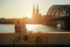 度过他们的假期的年轻夫妇在科隆,德国 库存图片