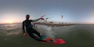 360度,快乐的人用selfie棍子参与kitesurfing在海滩背景 影视素材