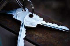 座席背景庄园重点gviving的房子离析了关键字新所有者实际地产商白色 钥匙 束锁上白色 公寓的钥匙 库存图片