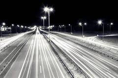 98座桥梁踢马刺 在行动的汽车光 免版税图库摄影