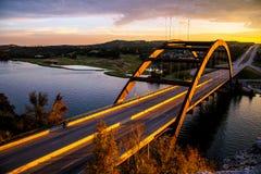 360座桥梁Pennybacker桥梁日落奥斯汀地平线 库存图片