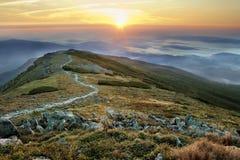 1257座高米山山波兰skrzyczne日出视图 免版税库存照片