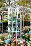 庭院与罐和花的房子树荫处 免版税库存图片
