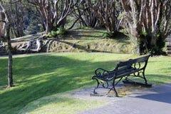 庭院公园长椅 免版税库存图片