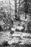 庭院吉他弹奏者 免版税库存照片