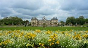 庭院和凡尔赛城堡在巴黎,法国 免版税库存照片