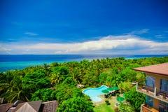 庭院和游泳池的美丽的景色在一家舒适小的旅馆里 免版税库存图片