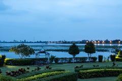 庭院和湖视图 库存照片