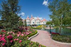 庭院和迪斯尼旅馆在迪斯尼乐园巴黎 图库摄影
