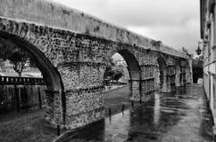庭院圣塞巴斯蒂安渡槽的曲拱在科英布拉大学附近的 库存照片