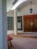 庭院在房子里 免版税库存图片
