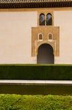 庭院在有窗口、水、曲拱和瓦屋顶的历史的西班牙宫殿 免版税库存图片